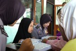 Polwan Polres Karanganyar mengajari membaca Alquran kepada anak-anak yang tinggal di kompleks rumah dinas Polres Karanganyar di Masjid Al Huda,  Jumat (19/6/2015). (Sri Sumi Handayani/JIBI/Solopos)