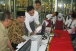 Bupati Sukoharjo, Wardoyo Wijaya (berpeci), mengecek proses PPDB online di SMAN 1 Sukoharjo, Senin (22/6/2015). (Rudi Hartono/JIBI/Solopos)