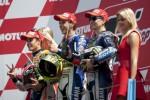 Valentino Rossi dan Marc Marquez saat di podium sebagai juara satu dan runner up. JIBI/Rtr