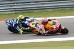 Pembalap Honda MotoGP Marc Marquez menyalip pemblap Yamaha MotoGP Rossi. JIBI/Rtr/Ronald Fleurbaaij