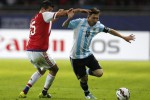 LIonel Messi (kanan) andalan Argentina di laga kontra Uruguay (Reuters/Mariana Bazo)