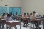 Sejumlah siswa baru SMAN 1 Solo mengikuti tes peminatan di ruang kelas sekolah setempat, Sabtu (27/6/2015). (JIBI/Solopos/Eni Widiastuti)