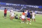 Para pemain Persis Solo berkumpul di lapangan ketika pertandingan dihentikan akibat terjadi kerusuhan suporter pada pertandingan final Piala Kapolda Jawa Tengah 2015 antara PSIS melawan Persis di Stadion Jatidiri Semarang, Sabtu (4/7/2015). (Insetyonoto/JIBI/Solopos)