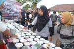 Sukarelawan menjajakan menu swike ayam saat kegiatan amal Buka Bersama Peduli Sinabung, di Alun-alun Kabupaten Boyolali, Rabu (8/7/2015) sore. (Hijriyah Al Wakhidah/JIBI/Solopos)
