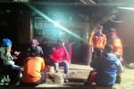 Sejimlah sukarelawan berkumpul di pos pendakian Cemorokandang, Selasa (28/7/2015), di sela-sela pencarian tujuh pendaki yang hilang di Gunung Lawu, Karanganyar, Jawa Tengah (Bayu Jatmiko Adi/JIBI/Solopos)