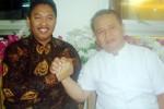 Cawali Anung Indro Susanto dan Cawawali Umar Hasyim bersalaman komando saat bertemu di Rumah Makan Padang Sederhana, Laweyan, Solo, Selasa (7/7/2015). (Tri Rahayu/JIBI/Solopos)