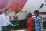 Aparat Polrestabes Surabaya menunjukkan tersangka BBM kencing, Jumat (31/7/2015). (Detikcom)