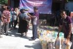 Pegawai Unit Pelayanan Keuangan PNPM Wuryantoro membagikan paket semabako kepada masyarakat Wuryantoro di halaman Kantor UPK PNPM Mandiri Perdesaan Wuryantoro, Selasa (7/7/2015). (Trianto Hery Suryono/JIBI/Solopos)