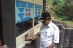Bupati Karanganyar, Juliyatmono, membeli tiket masuk objek wisata Taman Wisata Alam Grojogan Sewu seusai meresmikan kerja sama pembagian hasil dengan pengelola, PT Duta Indonesia Jaya, Rabu (15/7/2015). (Sri Sumi Handayani/JIBI/Solopos)