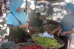Seorang pedagang sayur di Pasar Gondangrejo sedang melayani pembeli cabai, Selasa (21/7/2015). Empat hari setelah lebaran, harga cabai mulai turun. (Bayu Jatmiko Adi/JIBI/Solopos)