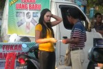 Salah satu SPG di kawasan Alun-Alun Kota Madiun menawarkan jasa tukar uang baru. (JIBI/Solopos/Aries Susanto)