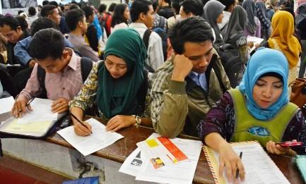 Pencari kerja menyiapkan berkas lamaran pekerjaan di bursa kerja di Gedung Wanita, Semarang, Rabu (29/7/2015). (JIBI/Solopos/Antara/R. Rekotomo)