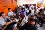 Pencairan gaji ke-13 PNS dan TNI serta Polri di Kantor Pos Besar Bandung, Senin (6/7/2015). (Rachman/JIBI/Bisnis)