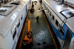 Perawatan sistem rem dan sistem pendingin ruangan kereta api di Depo Kereta Poncol, Semarang, Senin (6/7/2015). (JIBI/Solopos/Antara/R. Rekotomo)