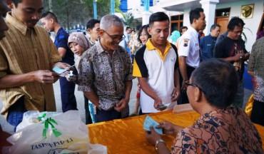 Pasar murah sembako di Kantor PT Taspen, Solo, Jumat (3/7/2015). (Sunaryo Haryo Bayu/JIBI/Solopos)