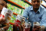 Sidak makanan dan minuman di Kediri temukan susu berkaleng penyok, Rabu (8/7/2015). (JIBI/Solopos/Antara/Prasetia Fauzani)
