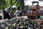 Alat berat menghancurkan tumpukan miras Salatiga, Selasa (30/6/2015). (JIBI/Solopos/Antara/Aloysius Jarot Nugroho)