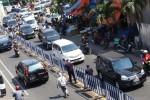 Pemasangan barikade pembatas jalan di kawasan Pasar Gede, Solo, Senin (6/7/2015). (Ivanovich Aldino/JIBI/Solopos)