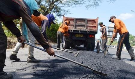 Perbaikan jalan di kawasan Saradan, Rabu (8/7/2015). (JIBI/Solopos/Antara/Fikri Yusuf)