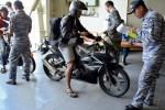 Prajurit TNI AL mendata pemudik yang akan menumpang KRI Banda Aceh, di Pelabuhan Tanjung Emas, Semarang, Jumat (24/7/2015). (JIBI/Solopos/Antara/R. Rekotomo)
