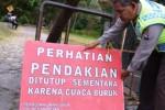Polisi menutup jalur pendakian Cemoro Sewu, Magetan, Rabu (29/7/2015). (JIBI/Solopos/Antara/Fikri Yusuf)