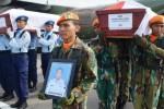 Prajurit TNI AU menjemput jenazah Kopda Dani Setya Wahyudi dan Serda Syamsir Wanto di Lanud Iswahjudi, Magetan, Kamis (2/7/2015). (JIBI/Solopos/Antara/Fikri Yusuf)
