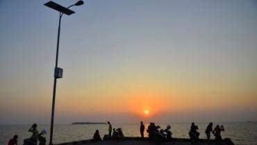 Warga menikmati sunset di Pantai Kartini, Jepara, Rabu (1/7/2015). (JIBI/Solopos/Antara/Yusuf Nugroho)