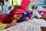 Siswa SD Islam Kurma, Salatiga, belajar kaligrafi, Sabtu (4/7/2015). (JIBI/Solopos/Antara/Aloysius Jarot Nugroho)