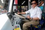 Menteri Perhubungan Ignasius Jonan mengendarai bus seusai meresmikan program 1.000 bus kota berbasis bus rapid transit (BRT) di Ungaran, Rabu (29/7/2015). (JIBI/Solopos/Antara/Aditya Pradana Putra)