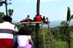 Sejumlah pengunjung menikmati keindahan pemandangan dari sebuah rumah pohon yang ada di kawasan wisata Puncak Dipowono, Bukit Cantingmas, Dusun Clapar II, Desa Hargowilis, Kokap, Senin (27/7/2015). (JIBI/Harian Jogja/Holy Kartika N.S.)