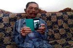 Mujiono, ayah Kopda Eria Ageng menunjukkan foto putranya yang menjadi korban jatuhnya pesawat C-130 Hercules C-130 di Medan, Rabu (1/7/2015). Kopda Eria Ageng adalah warga Pengasih, Kulonprogo. (JIBI/Harian Jogja/Holy Kartika N.S.)