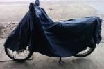 Ilustrasi menutup sepeda motor dengan penutup khusus. (Detik.com)