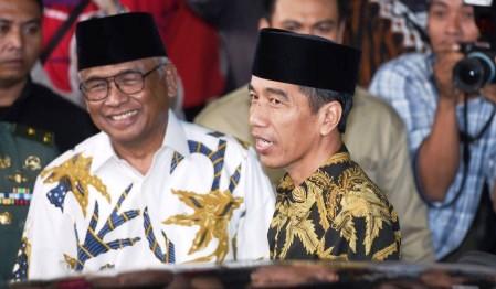 Presiden Joko Widodo (kanan) disambut oleh Plt Ketua KPK Taufiequrachman Ruki (kiri) saat tiba di Gedung KPK, Jakarta, Kamis (9/7/2015). Presiden dan Wapres bersama pimpinan KPK dan pimpinan lembaga-lembaga penegak hukum melaksanakan buka puasa bersama di Gedung KPK. (JIBI/Solopos/Antara/Hafidz Mubarak A.)