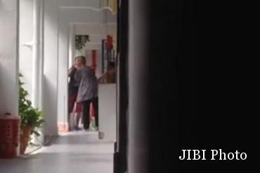 Kamisah Burel saat disiksa anaknya sendiri Siti Nur Redha khamis (Istimewa/Youtube)