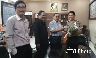 Kapolres Sragen, AKBP Ari Wibowo (kanan) menerima karangan bunga dari Koordinator Laskar Jokowi-JK Sragen, Agus Prawoto (dua dari kanan), Kamis (2/7/2015) siang. (Kurniawan/JIBI/Solopos)