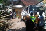 Truk dump berpelat nomor H 1614 RG merosot dan terguling menimpa rumah warga, di jalan Raya Manyaran, Kalipancur, Kota Semarang, Selasa (28/7/2015). (Insetyonoto/JIBI/Solopos)