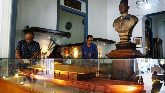 Ketua Komite Museum Radyapustaka Solo Purnomo Subagyo mengamati miniatur kapal Rajamala Museum Radya Pustaka (Sunaryo Haryo Bayu/JIBI/Solopos)