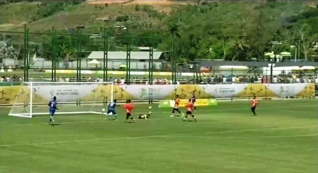Timnas Federasi Micronesia (oranye) melawan Vanuatu di Port Moresby, Papua Nugini, Selasa (7/7/2015). (Istimewa/theguardian.com)