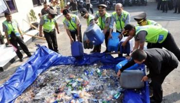 Pemusnahan miras di halaman Mapolres Temanggung, Selasa (28/7/2015). (JIBI/Solopos/Antara/Anis Efizudin)