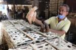 Ketua Himpunan Pedagang Pasar Ayam Semanggi, Joko Kastopo, menunjukkan ayam jabrul yang dijual di pasar tersebut, Kamis (2/7/2015). Ayam jabrul merupakan jenis ayam kampung yang diternakkan mirip ayam ras. (Shoqib Angriawan/JIBI/Solopos)