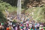 Pengunjung objek wisata Grojogan Sewu, Tawangmangu, berdesakan di sekitar lokasi air terjun, Sabtu (18/7/2015). (Triyono/JIBI/Solopos)