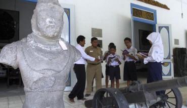 Pengunjung mendengarkan keterangan pemandu wisata di teras Museum Radya Pustaka (Sunaryo Haryo Bayu/JIBI/Solopos)