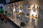 Pengunjung mengamati koleksi logam di Ruang Ketiga Museum Radya Pustaka (Sunaryo Haryo Bayu/JIBI/Solopos)
