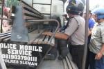 Seorang anggota polisi berpangkat brigadir berasal dari Polda DIY dinaikkan ke mobil patroli polisi untuk dibawa ke RS Bhayangkara Polda DIY, Selasa (7/7/2015). Anggota polisi itu babak belur setelah dihajar massa di lokasi parkir wilayah Desa Kebondalem Kidul, Prambanan, Klaten. (Istimewa)
