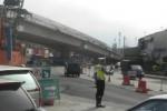 Polisi sedang mengatur lalu lintas di persimpangan Palur, di lokasi pembangunan fly over, Kamis (9/7/2015). Pembangunan fly over yang belum tuntas diperkirakan akan menjadi penyebab kemacetan saat arus lebaran nanti. (Bayu Jatmiko Adi/JIBI/Solopos)