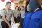 Kapolres Boyolali, AKBP Budi Sartono (paling kiri), Rabu (1/7/2015), memintai keterangan tiga waria yang dibekuk setelah merampok seorang sopir truk di sekitar Terminal Sunggingan pada 10 April lalu. (Hijriah AW/JIBI/Solopos)