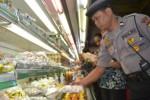 Tim gabungan memeriksa produk makanan dan minuman menjelang Lebaran di Assalaam Hypermarket, Kamis (2/7/2015). (Bony Eko Wicaksono/JIBI/Solopos)