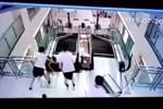 Rekaman CCTV wanita tergilas eskalator (Istimewa/Youtube)