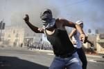 Remaja Palestina melempar tentara Israel dengan batu (Istimewa)