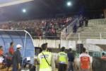 Aparat kepolisian mengamankan suporter Persis Solo yang terlibat kerusuhan dalam pertandiangan final Piala Kapolda Jawa Tengah 2015 antara PSIS melawan Persis di Stadion Jatidiri Semarang, Sabtu (4/7/2015). (Insetyonoto/JIBI/Solopos)